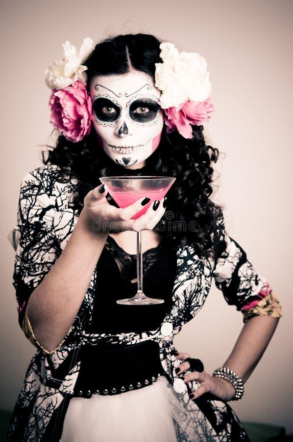 Mulher inoperante de vida de Halloween que tem uma bebida fotos de stock royalty free