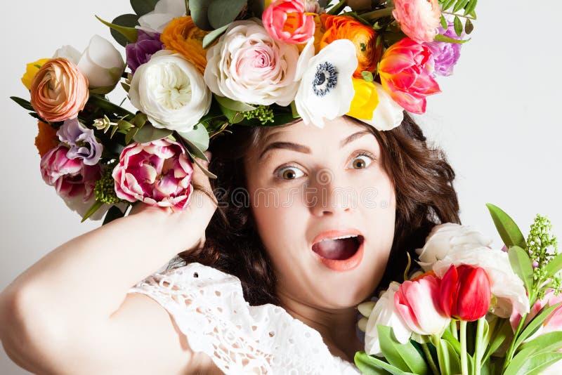 Mulher inspirada com flores fotos de stock