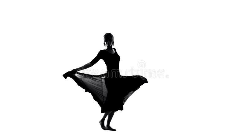 Mulher inspirada nova na dança do vestido, na liberdade e na feminilidade, flamenco sensual foto de stock