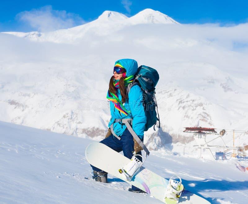 Mulher, inverno do snowboard, passeios, óculos de proteção, elbrus fotos de stock