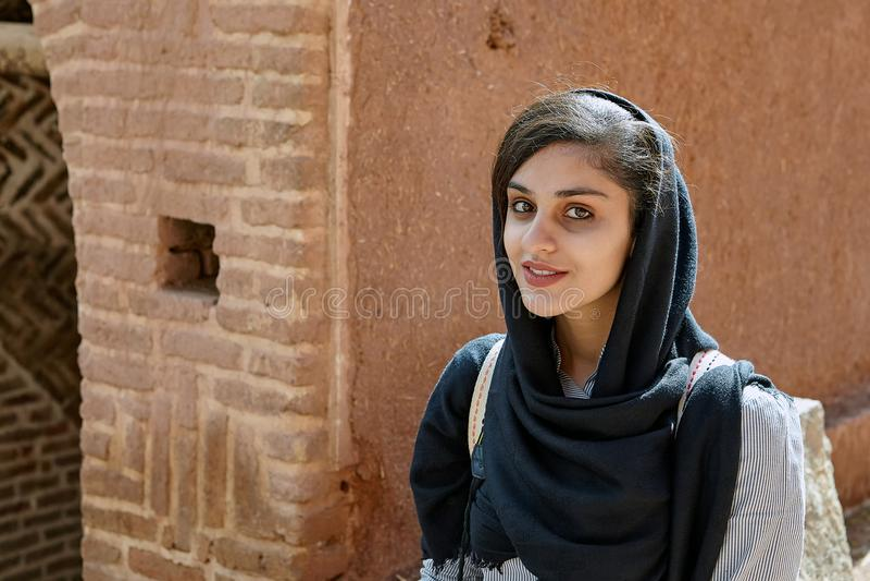 Mulher iraniana na aldeia da montanha, Abyaneh, Irã fotografia de stock royalty free