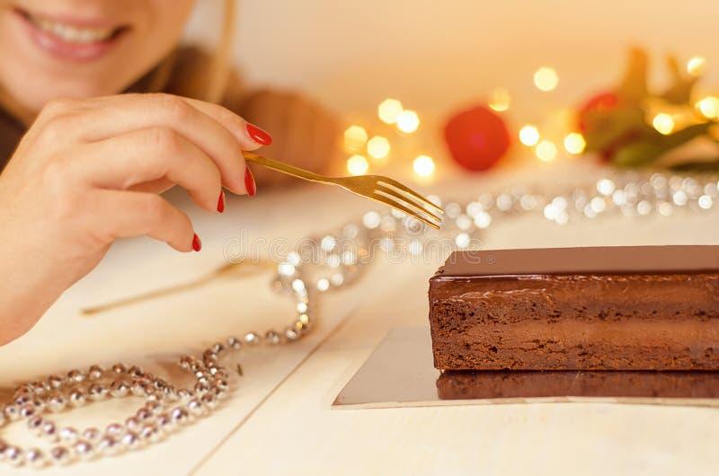 Mulher irreconhecível do close up que come o bolo de chocolate fotos de stock