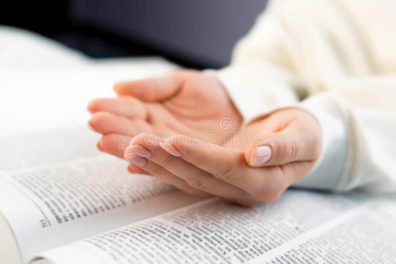 Mulher irreconhecível que lê o livro grande - a Bíblia Sagrada e rezar Scripture de estudo cristão Estudante na faculdade imagens de stock