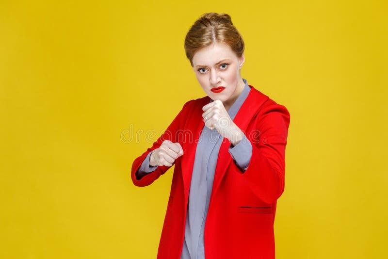 Mulher irritada agressiva da forma no encaixotamento do terno na câmera fotografia de stock royalty free