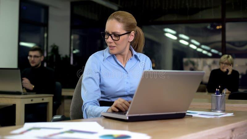Mulher irritada com colegas ruidosos, condições de trabalho pobres, trabalho fatigante imagem de stock royalty free