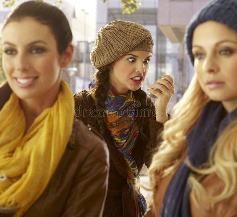Mulher irritada com o móbil que faz fora uma cara imagens de stock royalty free