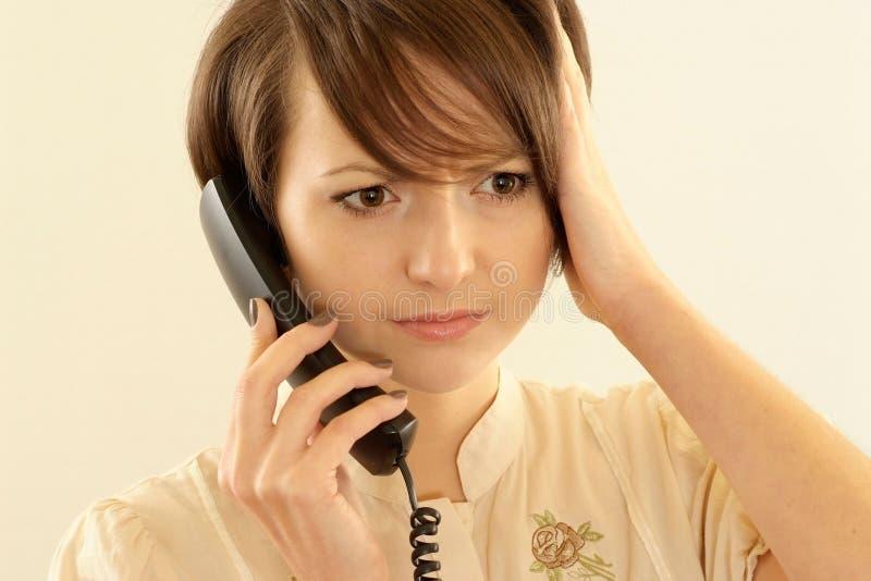 Mulher irritada com um telefone fotografia de stock
