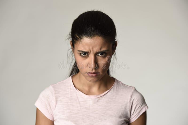 Mulher irritada e virada latino que olha temperamental furioso e louco na emoção intensa da raiva fotos de stock