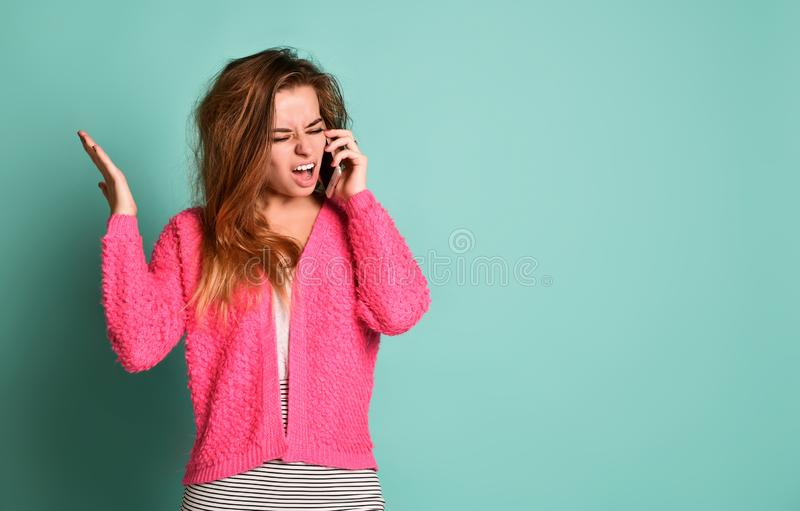 Mulher irritada gritando no telefone móvel fotografia de stock royalty free