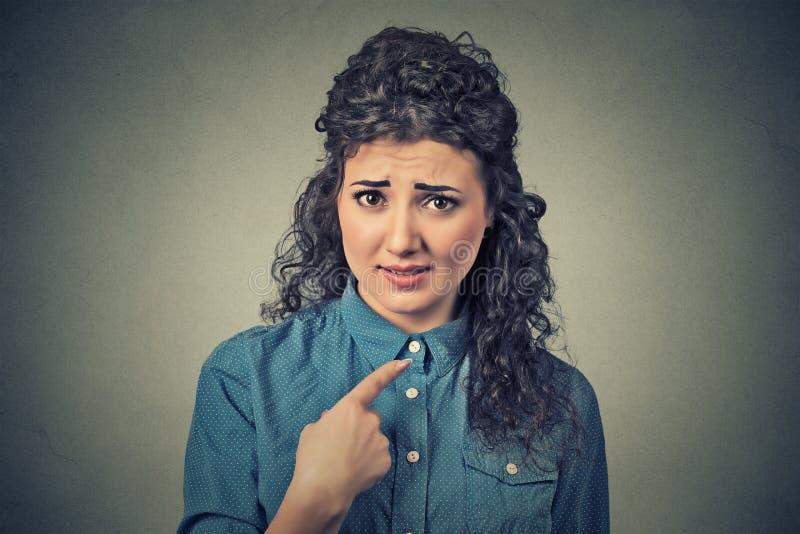 A mulher irritada irritada, ficando com raiva pedindo a pergunta o que fala a mim, significa-me? imagens de stock royalty free