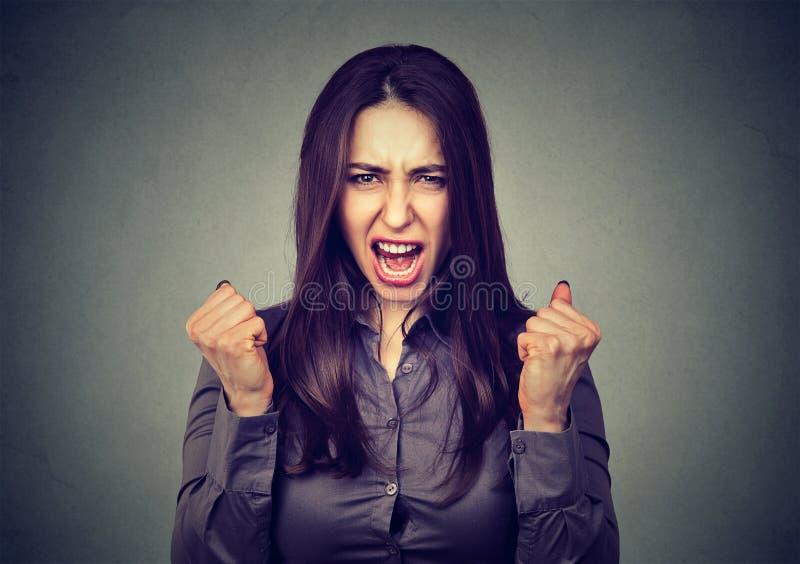 Mulher irritada irritada que grita foto de stock