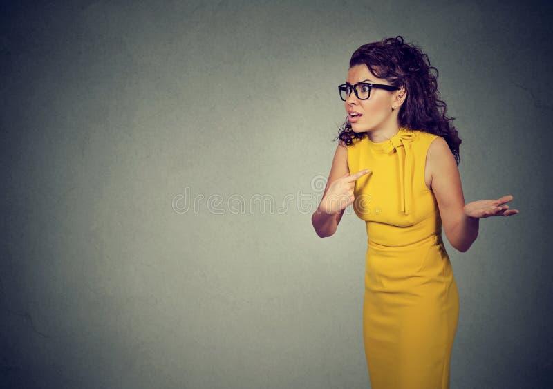 Mulher irritada que aponta nsi mesma no engano foto de stock royalty free