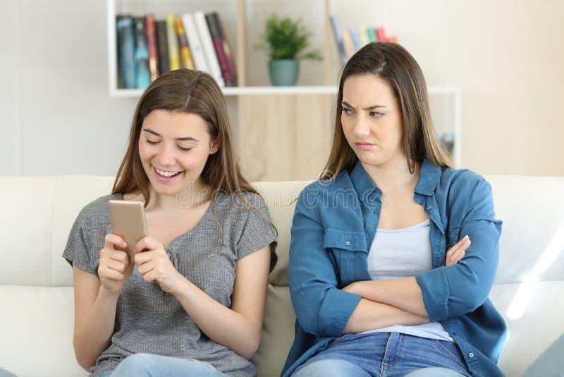 Mulher irritada que está sendo ignorada por seu amigo foto de stock