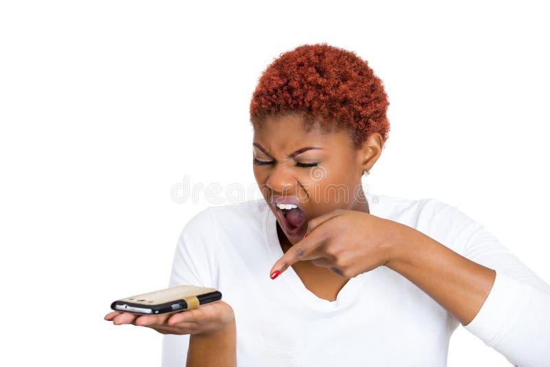 Mulher irritada que grita quando no telefone celular foto de stock