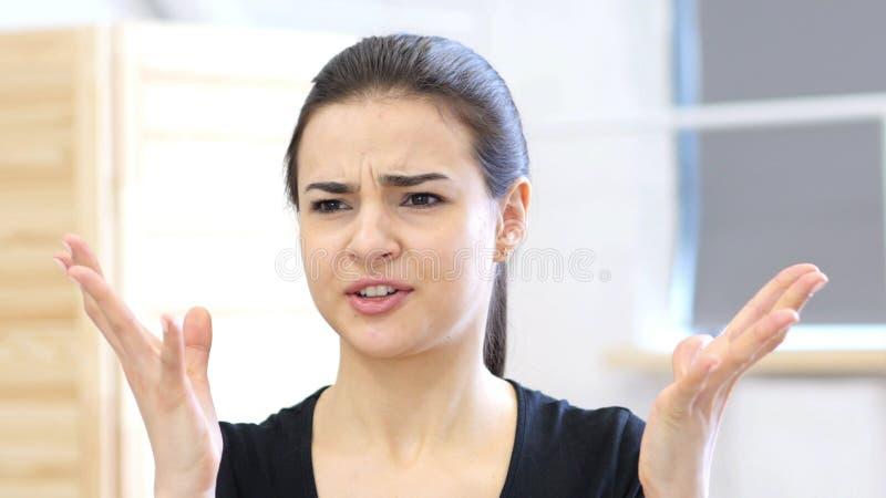 Mulher irritada que reage o toSituation, agressivo foto de stock