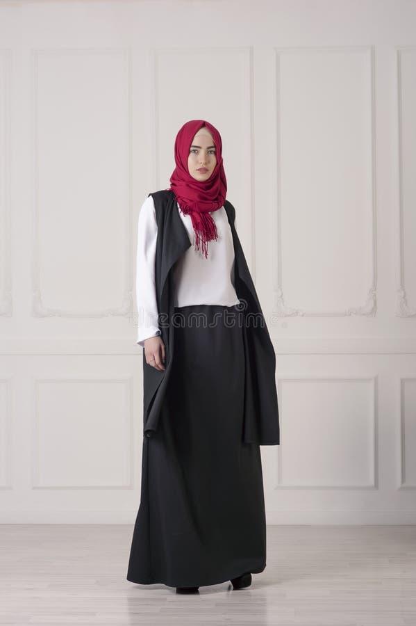 Mulher islâmica bonita nova na roupa oriental moderna foto de stock royalty free