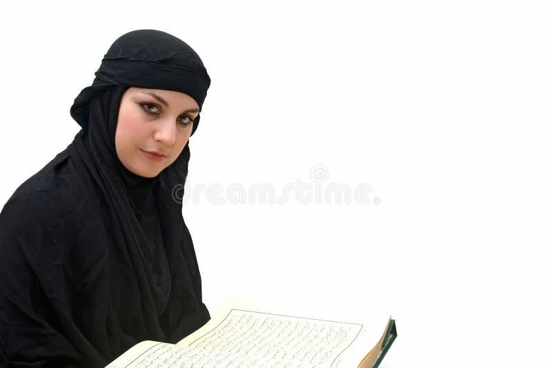 Mulher islâmica com Koran foto de stock royalty free