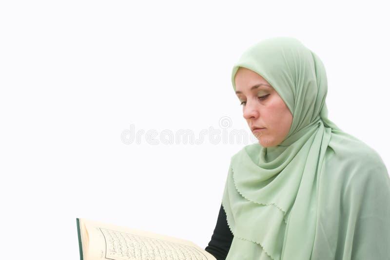 Mulher islâmica Koran imagens de stock