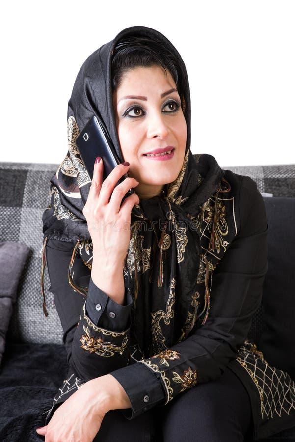 Mulher islâmica moderna com telefone esperto fotos de stock