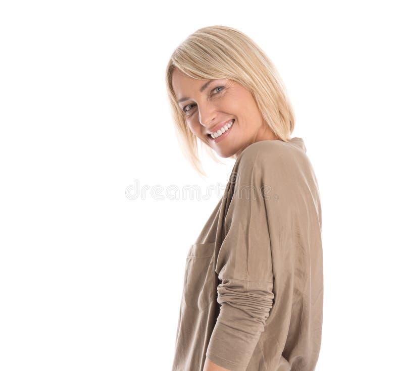 Mulher isolada atrativa loura mais idosa bonita que sorri com whi fotografia de stock