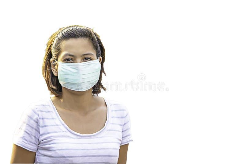 Mulher isolada do Asean para vestir uma máscara para impedir a poeira em um fundo branco com trajeto de grampeamento imagens de stock