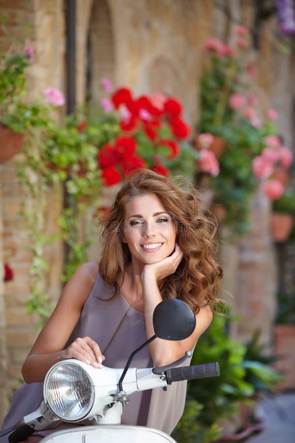 mulher italiana bonita que senta-se em um 'trotinette' italiano na Turquia fotografia de stock