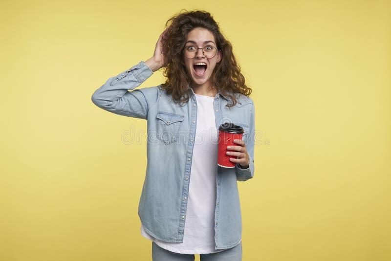 Mulher italiana moreno gritando feliz que come um café na manhã, obteve inspirada pela ideia nova, sobre imagens de stock royalty free