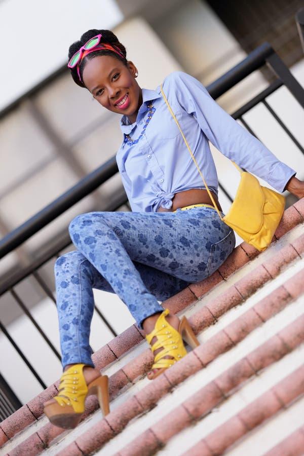 Mulher jamaicana bonita da imagem conservada em estoque no staircas foto de stock royalty free