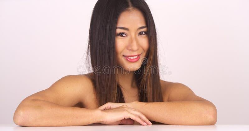 Mulher japonesa em topless que olha a câmera fotografia de stock royalty free