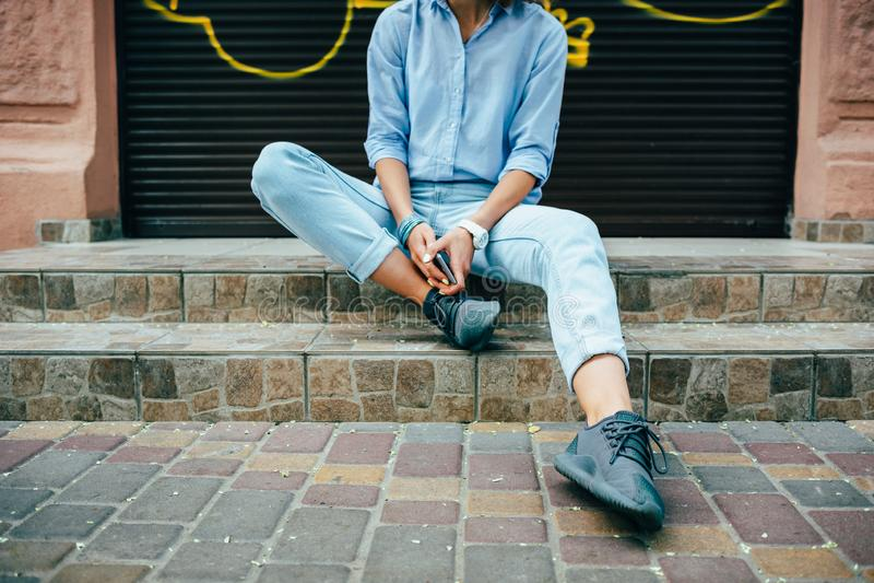 Mulher jovem não reconhecida vestindo camisa azul imagem de stock royalty free