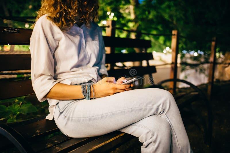Mulher jovem usando celular imagem de stock