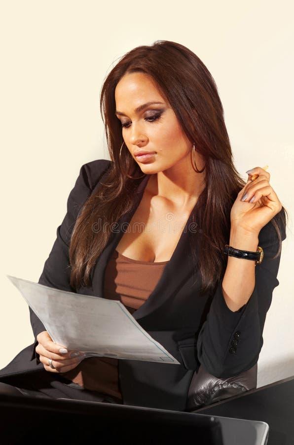 A mulher lê o original de negócio fotos de stock