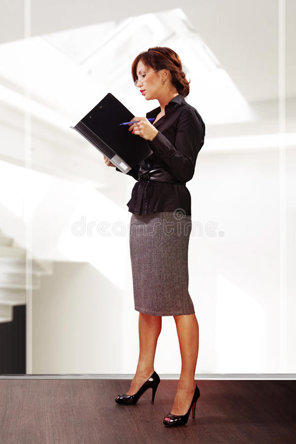 A mulher lê originais imagem de stock royalty free