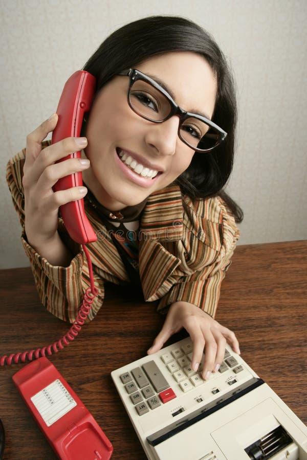 Mulher larga do telefone do humor do ângulo da secretária retro imagens de stock royalty free