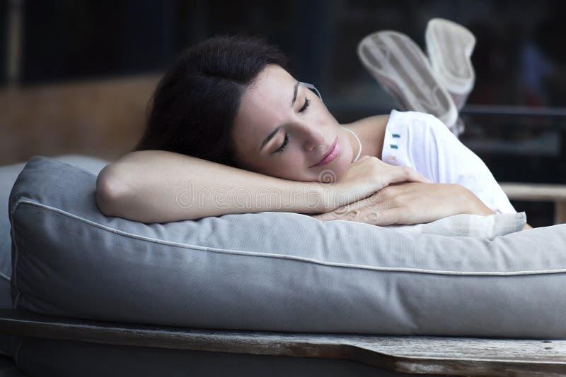 Mulher latin adulta feliz que dorme fora fotografia de stock