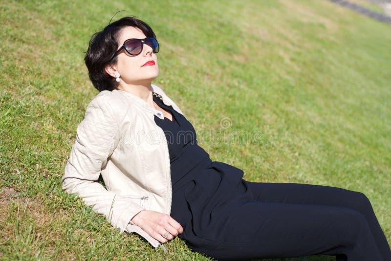 Mulher latin atrativa com os óculos de sol que giram sua cara para o sol fotos de stock