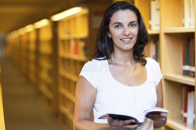 Mulher Latin na biblioteca fotografia de stock royalty free