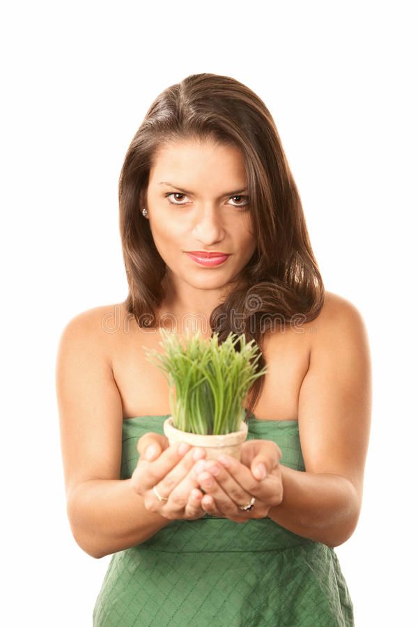 Mulher latino-americano bonita com grama no potenciômetro fotos de stock royalty free