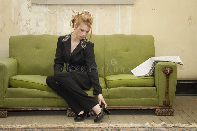 Mulher latino-americano bonita fora de encontro à parede de Grunge na tonelada azul fotografia de stock royalty free