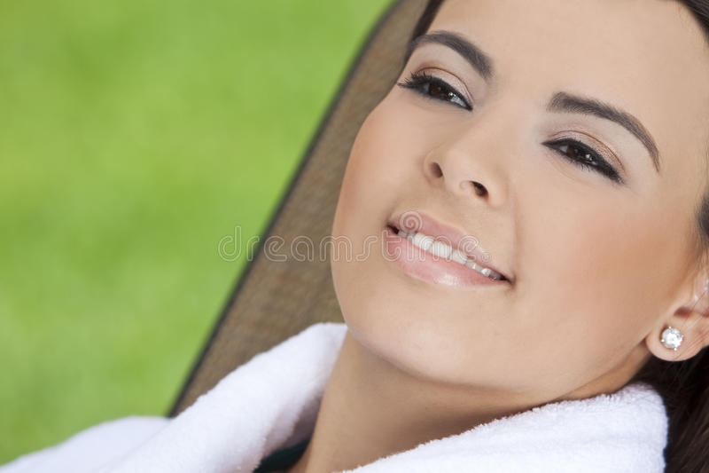 Mulher latino-americano bonita no Bathrobe em termas da saúde imagens de stock royalty free