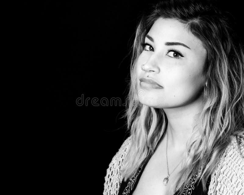 Mulher latino-americano com cabelo profissional e composição Studi foto de stock royalty free