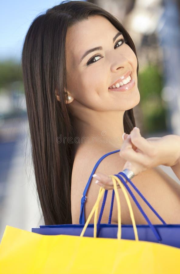 Mulher latino-americano feliz bonita com sacos de compra imagens de stock royalty free