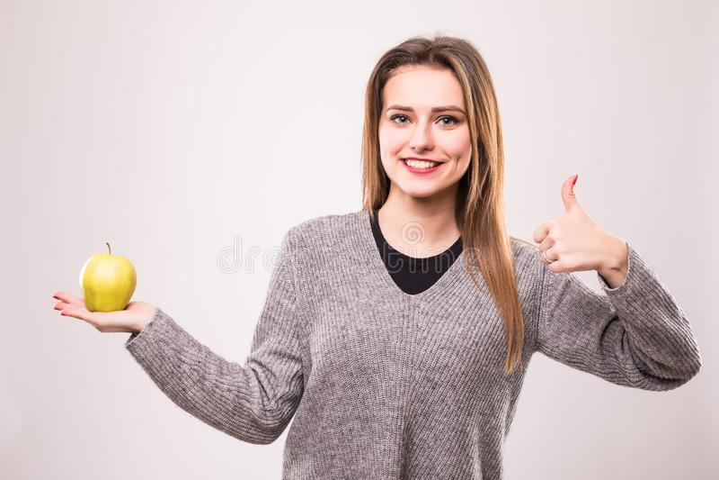 Mulher latino-americano feliz saudável com a maçã com os polegares isolados acima no branco foto de stock royalty free