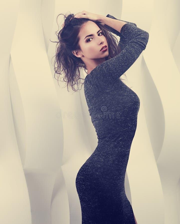 Mulher latino-americano figurada 'sexy' da composição que levanta no vestido cinzento Tonificou a fotos de stock