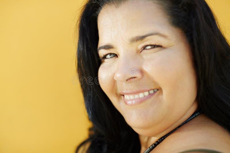 Mulher latino-americano madura que sorri na câmera imagens de stock