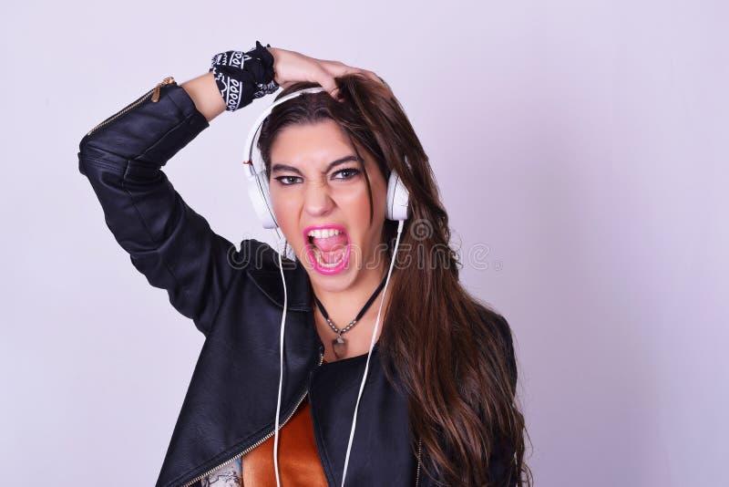 Mulher latino-americano nova que escuta a música com fones de ouvido fotos de stock royalty free