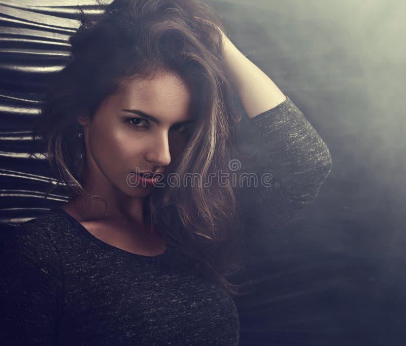 Mulher latino-americano nova 'sexy' que levanta no fundo preto do fumo clos imagem de stock royalty free