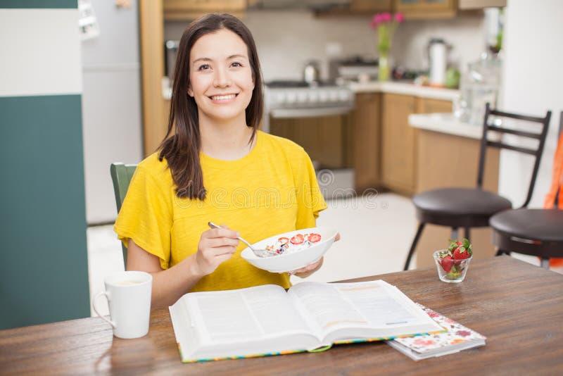 Mulher latino-americano que come um café da manhã saudável imagem de stock royalty free