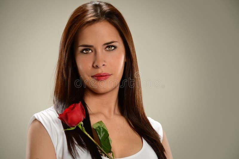 Mulher latino-americano que guardara Rosa foto de stock