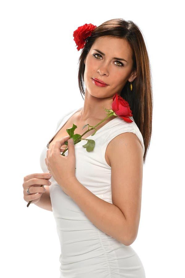 Mulher latino-americano que guardara Rosa vermelha fotografia de stock royalty free